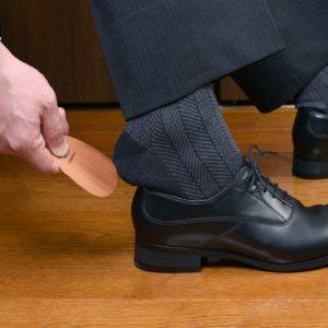 曲がる木の「iLignos Pocket Shoehorn」(ポケット靴べら)